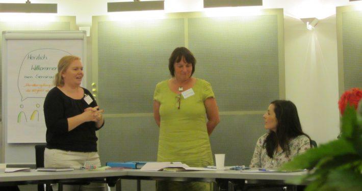 Maria Kropp und Barbara Feichtinger begrüßen die Seminargruppe