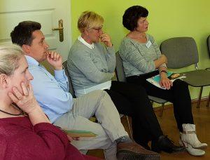 Seminargruppe-hört-konzentriert-zu