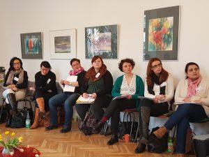 Teilnehmerinnen hören aufmerksam zu.