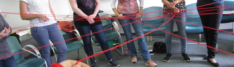 Teilnehmerinnen knüpfen mit Wollknäuel ein Netzwerk