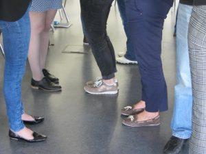 Füße und Beine von Teilnehmerinnen