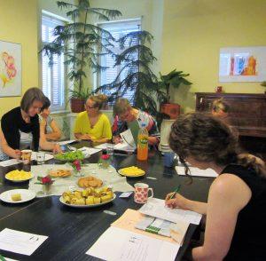 Gruppe mit Obst auf schwarzem Tisch