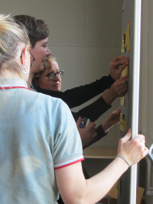 Teilnehmerinnen pinnen Ergebnisse an